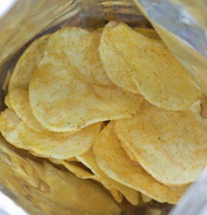 Buste delle patatine, tante soluzioni per riciclarle. Ottimi involucri per conservare cibo in frigorifero