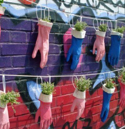 Guanti spaiati e vecchi, trasformateli in fioriere, portavasi e pupazzi (foto)