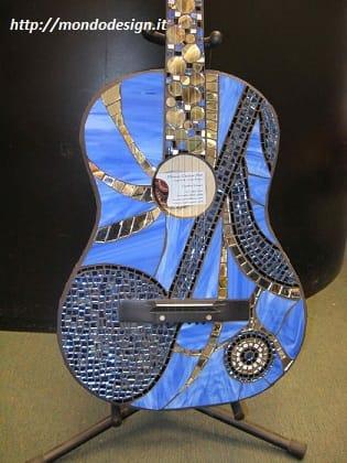 riciclo-creativo-come-trasformare-la-vecchia-chitarra-in-una-libreria-e-i-plettri-in-orecchini (2)