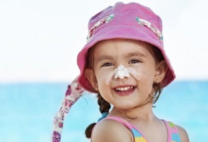 Bambini in spiaggia: i consigli per proteggerli dal sole