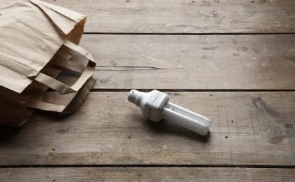 Cosa fare se si rompe una lampadina a risparmio energetico: tutti i consigli