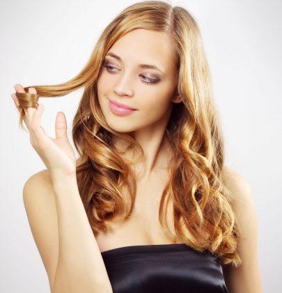 Come curare i capelli in estate: consigli e rimedi naturali per renderli forti e luminosi
