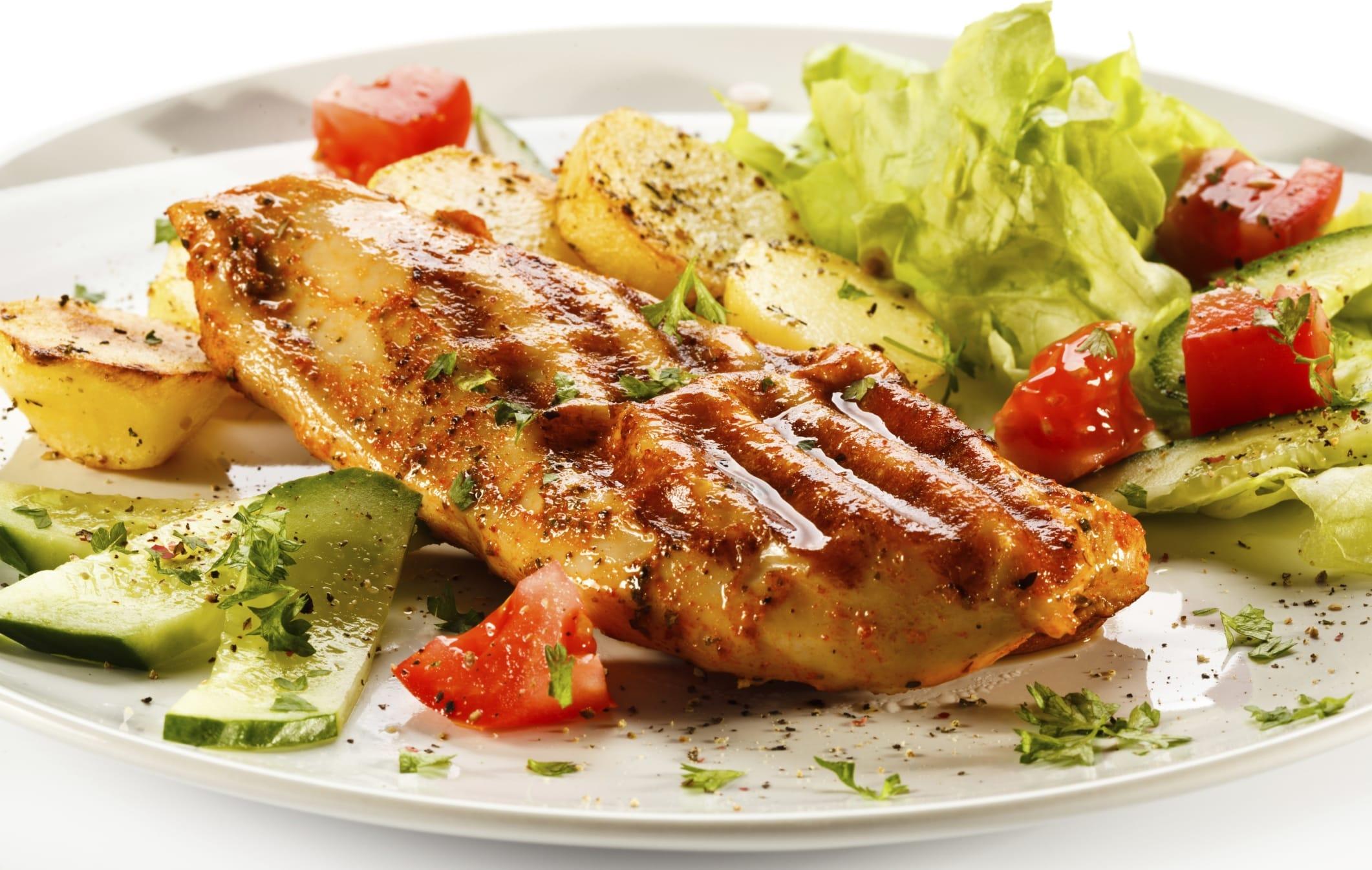 Petto di pollo con la frutta secca: una ricetta estiva contro il colesterolo