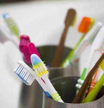Idee per riciclare il vecchio spazzolino da denti: è perfetto per far risplendere i rubinetti e pulire le scarpe