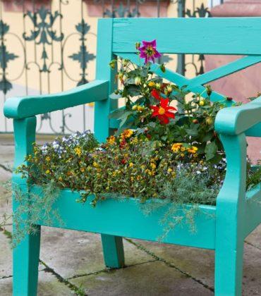 Vecchie sedie: con il riciclo creativo si trasformano in fioriere, cornici e altalene