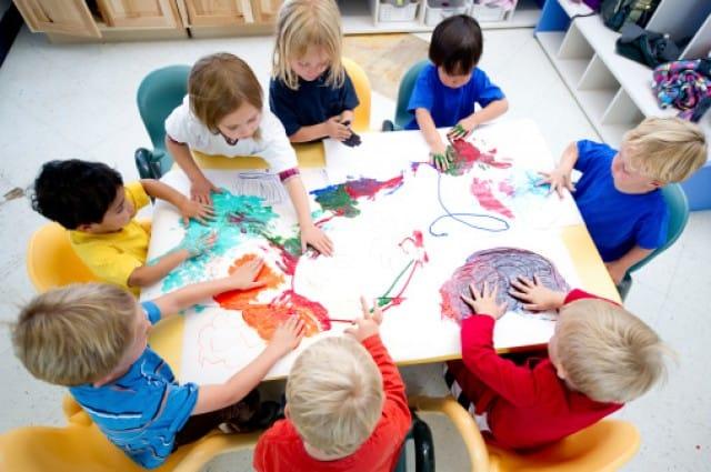 bambini giocano all'asilo nido aziendale