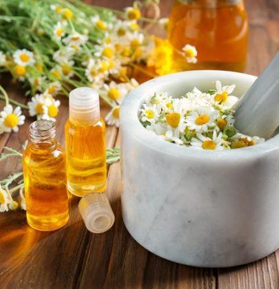 Struccante fatto in casa, la ricetta con i fiori di camomilla e l'olio d'oliva