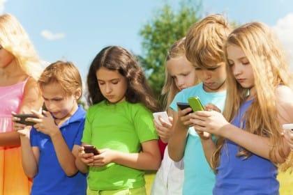quali sono gli effetti nocivi del cellulare e perchè vietarlo fino a 10 anni