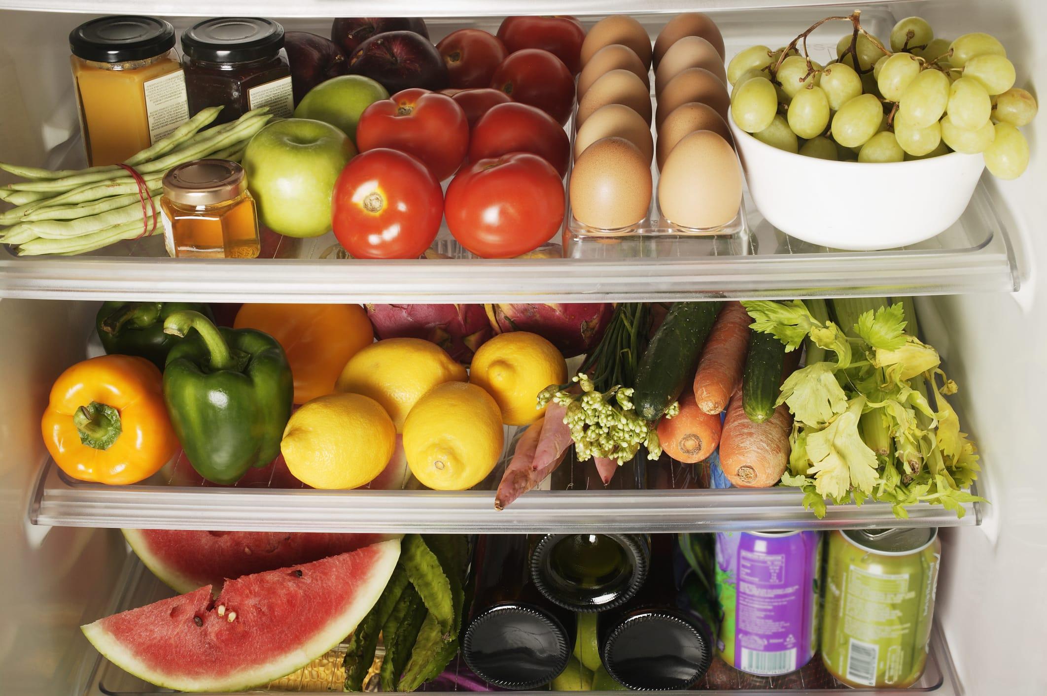 Iniziative contro lo spreco alimentare: il frigo degli avanzi di un condominio del quartiere Kreuzberg a Berlino