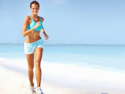 Esercizi da fare in spiaggia per mantenersi in forma: camminare