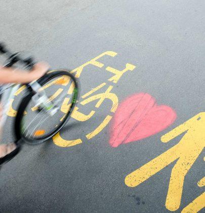Ciclisti e pedoni, 10 semplici regole per convivere in strada senza incidenti