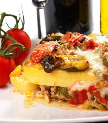 Polenta pasticciata: la ricetta che recupera gli avanzi, da farcire con con salsicce, funghi, prosciutto cotto e pancetta