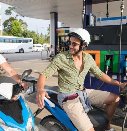Come risparmiare benzina in scooter: non sgasate in partenza e mantenete una velocità costante