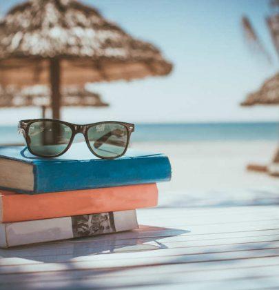 Book therapy, consigli sui libri da leggere in vacanza: gialli, romanzi rosa, manuali. Perché leggere cura