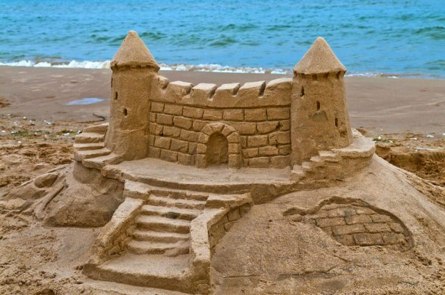 Here are the Best Beach Games for Children: From Sand Castles to Marbles