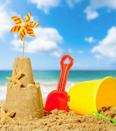 Giochi sulla spiaggia per bambini: dai castelli di sabbia alle biglie