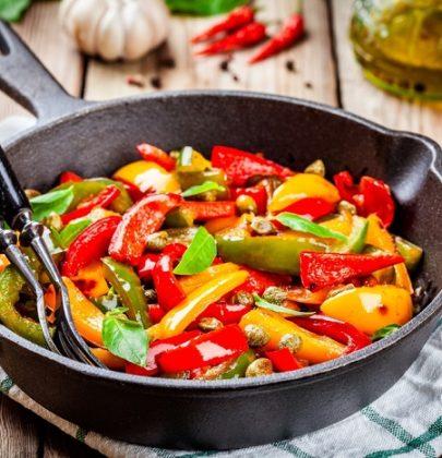 Peperoni in padella, la ricetta con il pangrattato. Fate cuocere a fuoco dolce e lento