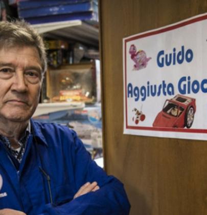 La storia di Guido, il pensionato romano che ripara giocattoli. Per i bambini poveri