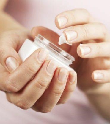 Mani belle e curate, in modo naturale: i rimedi da preparare in casa, dallo scrub con lo zucchero alla crema a base di miele