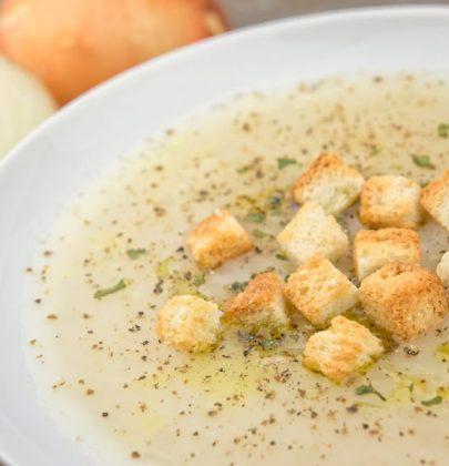 Zuppa di cipolle: la ricetta classica e alcune gustose varianti con lo zafferano e il brodo vegetale