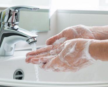 Lavarsi bene le mani è la prima arma contro il Covid. Il virus resiste sulla pelle anche nove ore