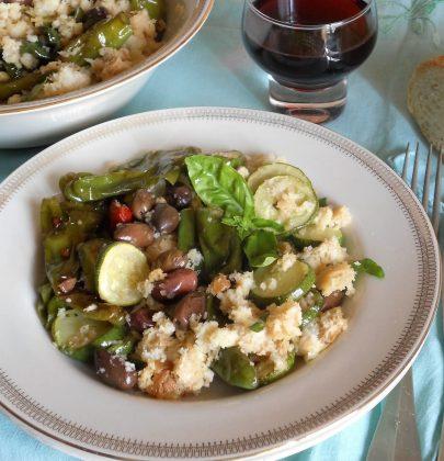 Panzanella: l'antica ricetta con il pane avanzato, arricchita da friggitelli, basilico e zucchine