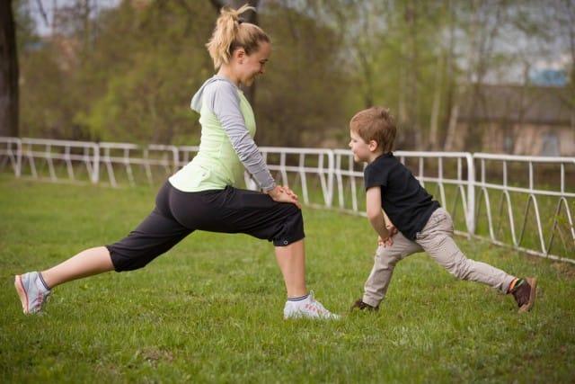 ginnastica-con-bambino-piccolo-esercizi-con-passeggino-corpo-libero (8)