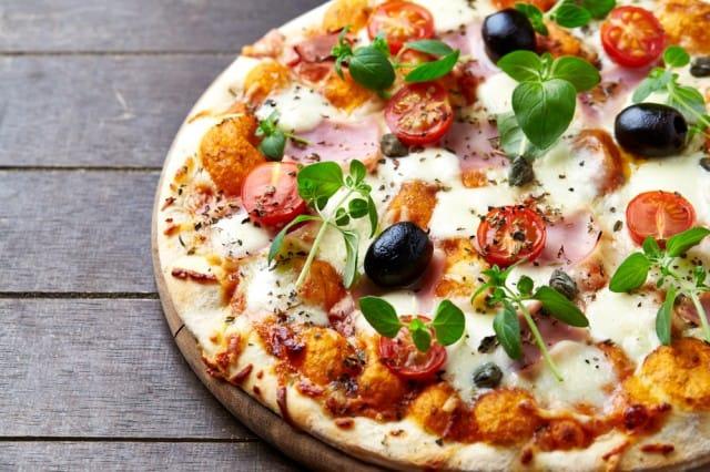 Pizza con verdure e mozzarella