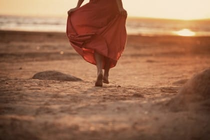 benefici camminare a piedo scalzi