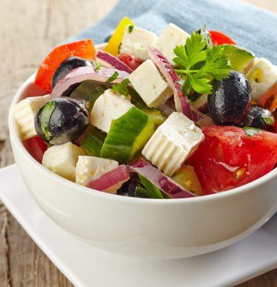 Insalata greca: la ricetta di un contorno dal sapore irresistibile, perfetto anche come piatto unico