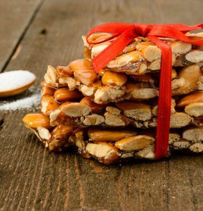 Croccante alle mandorle: la ricetta natalizia da decorare con perline di zucchero o frutta secca