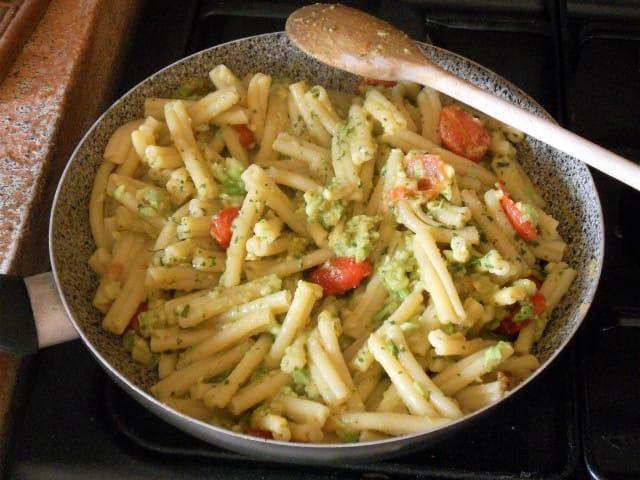 ricetta-pasta-pesto-avocado (9)