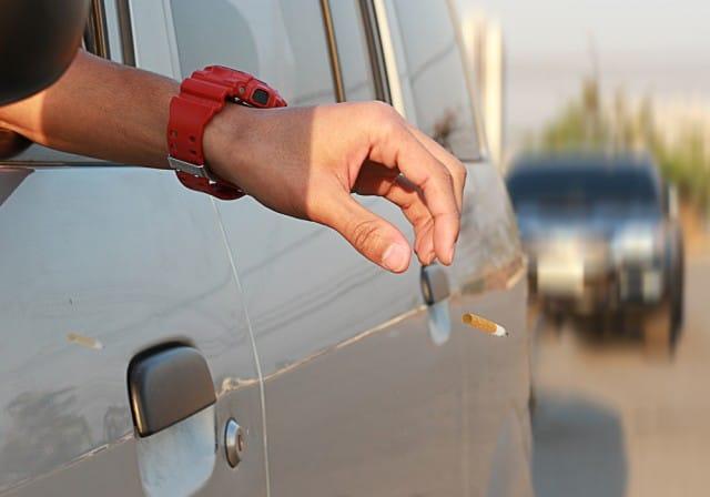 automobilisti-che-inquinano-cicche-e-pannolini-lanciati-dai-finestrini-e-motori-sempre-accesi (2)