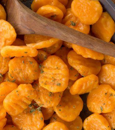 Gnocchi di carote e patate: la ricetta di un primo piatto sfizioso, con la paprika e la noce moscata