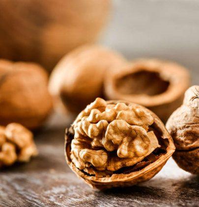 Benefici delle noci: mangiatene tre al giorno. Contengono Omega-3 e fanno bene a pelle e capelli