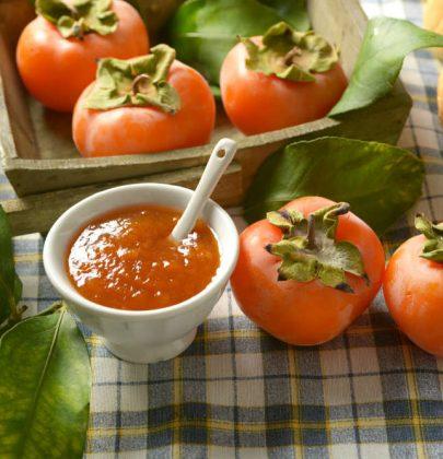 Marmellata di cachi, la ricetta per prepararla in mezz'ora. Ottima a colazione e con i formaggi stagionati