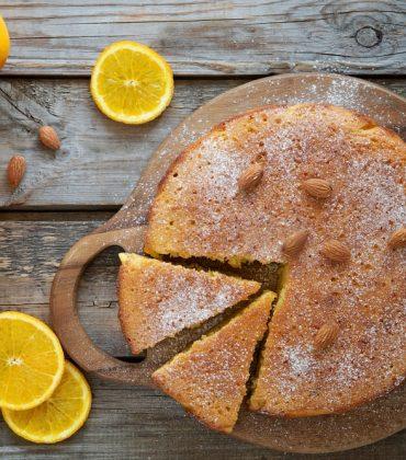 Torta di patate e mandorle: la ricetta di un dolce soffice, davvero speciale, al profumo di limone