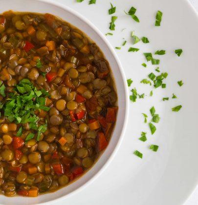 Zuppa di lenticchie: la ricetta di un vero comfort food. La versione classica e quelle con i carciofi e le mele