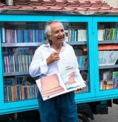 Libri per bambini e per ragazzi, così un insegnante in pensione fa scoprire il piacere di leggere. Girando con un'Ape-biblioteca…. (foto e video)