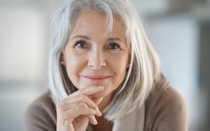 Il fascino delle donne con i capelli bianchi - Non sprecare 879c536c528d