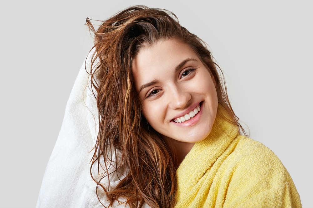 Massaggiate questa maschera sulla testa per almeno cinque minuti e poi  risciacquante abbondantemente  i vostri capelli risulteranno subito più  luminosi e ... cd86096b2cd5