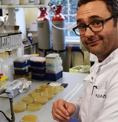 La storia di Adam Roberts, cacciatore di microbi: gira i posti più sporchi di Londra, alla ricerca di nuovi antibiotici