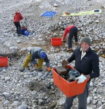 La Marmolada ridotta a una discarica di rifiuti. I visitatori arrivano, e lasciano di tutto (foto)