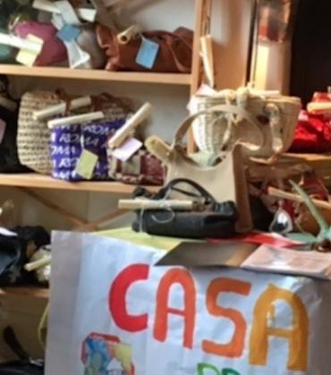 Casa Jona, una comunità di pazienti con disturbi mentali che riciclano vecchie borse. E diventano bravi artigiani (foto)