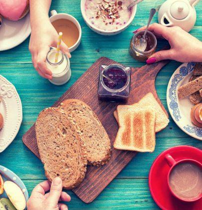 Colazione: i consigli per non sprecare latte, cereali e biscotti. Ogni mese buttiamo 800 scatole di corn flakes