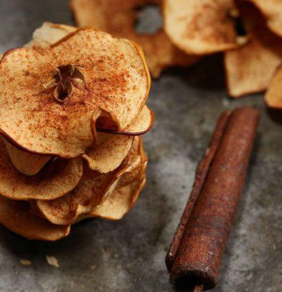 Chips di mele: la ricetta di uno snack perfetto per convincere i bambini a mangiare la frutta
