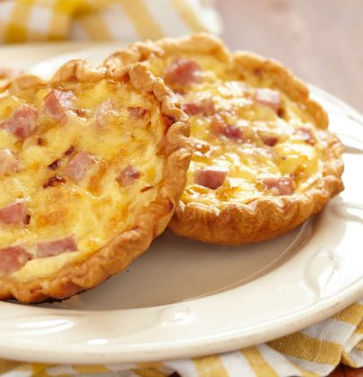Flan di prosciutto, la ricetta che recupera i gambi dei cipollotti e li trasforma in un piatto perfetto per il pranzo in ufficio