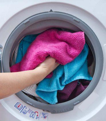Come usare la lavatrice: dalla suddivisione dei capi alla temperatura ottimale. I consigli per un bucato perfetto