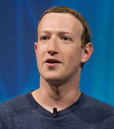 Zuckerberg, il vero piano del furbo re di Facebook e di WhatsApp. Il suo impero è sotto scacco, e lui trucca le carte. Anche facendo il santone…
