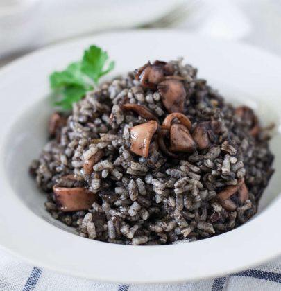 Risotto al nero di seppia: la ricetta di un piatto profumato, dal sapore deciso e raffinato (foto)